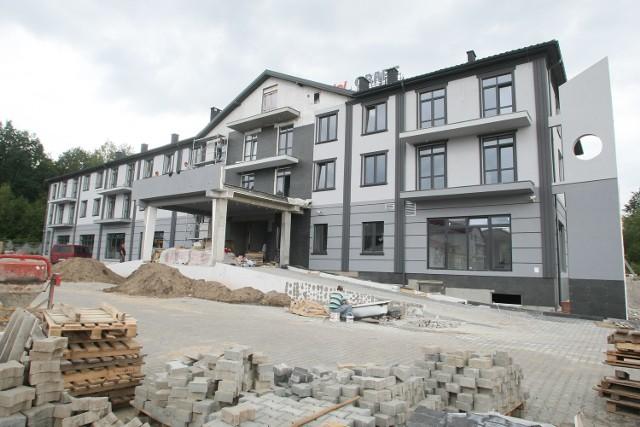 Do zakończenia inwestycji zostało już niewiele czasu. Ekipa budowlana uwija się jak w ukropie przy pracach wykończeniowych.