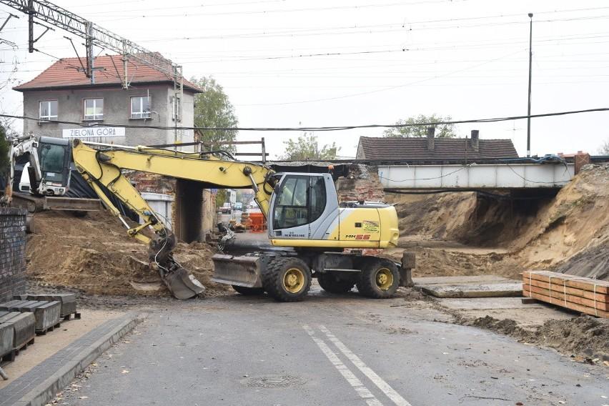 Trwa przebudowa wiaduktu kolejowego nad ulicą Batorego w...