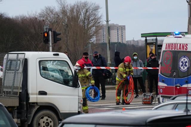 Do wypadku doszło o godz. 14.43 na ul. Jana Pawła II za rondem Śródka. Zderzył się samochód osobowy z ciężarówką. Jak informuje oficer dyżurny wielkopolskich strażaków, jedna osoba jest poszkodowana. W akcji biorą udział dwa zastępy straży. Kierowcy muszą się liczyć z utrudnieniami. Zobacz więcej zdjęć ---->