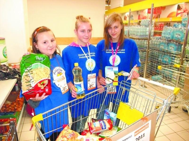 """Ola Samluk (od lewej), Weronika Rogowska i Paulina Cichocka z DH """"Ptaki Ptakom"""" w weekend zbierały żywność. Potrzebujące rodziny, otrzymają ją jako bożonarodzeniowe paczki."""