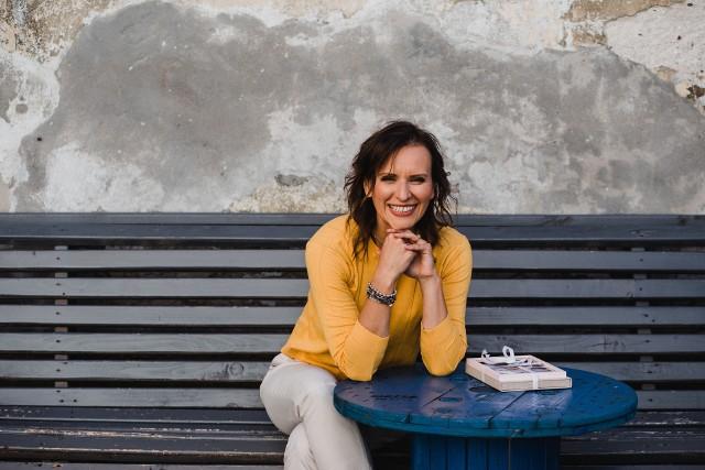 """Sylwia Kocoń, ekonomistka, metafizyk, autorka książki """"Bogaty Budda"""". Od 10 lat organizuje kursy przyciągania pieniędzy oraz inne programy online."""