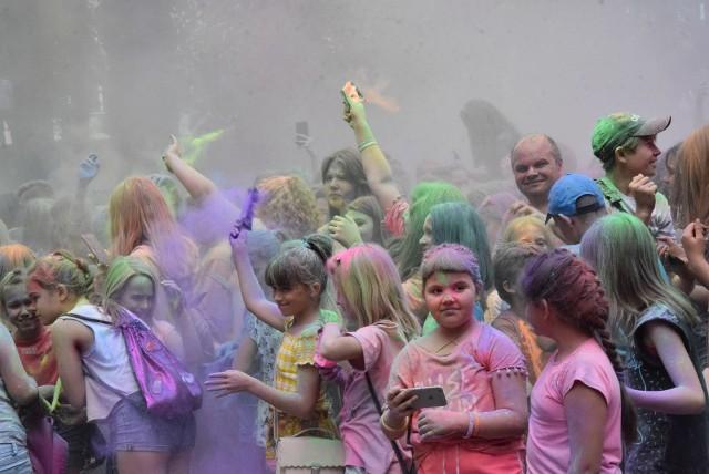 """Eksplozja Kolorów to przede wszystkim świetna kolorowa zabawa. Nic dziwnego, że większość jej uczestników to młodzież oraz rodziny z małymi dziećmi. Tym bardziej zaskakuje dobór muzycznego repertuaru. DJ obsługujący sobotnią imprezę uznał za stosowne puszczenie utworu, który zawiera słowa """"Wiosna, lato, jesień, zima... Naj****ny wciąż jak świnia. Cztery różne pory roku. Piję za dnia i za zmroku""""."""