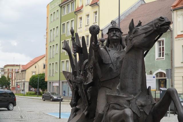 """Jana III Sobieskiego w Raciborzu można """"spotkać"""" w drodze na rynek."""