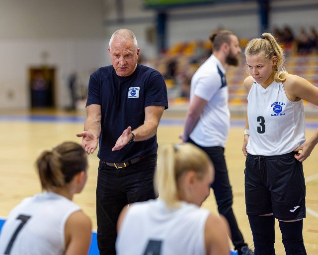 Trener Dariusz Maciejewski w rozmowie z koszykarkami AZS AJP Gorzów