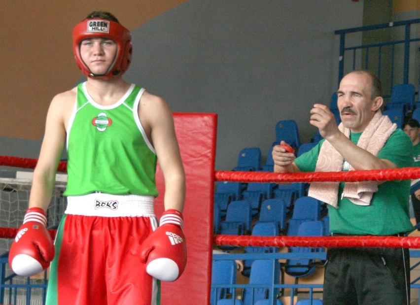 Michał Żeromiński (z lewej) w debiucie na zawodowym ringu mógł liczyć na pomoc ojca, Sławomira Żeromińskiego (z prawej)