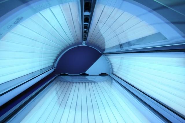 Solarium kusi wiele osób obietnicą pięknej, złotobrązowej opalenizny w stosunkowo krótkim czasie. Korzystanie z łóżek i kabin opalających uchodzi za jedno z ważnych problemów zdrowotnych w XXI wieku. Według licznych badań naukowych – w tym m.in. prowadzonych pod przewodnictwem Międzynarodowej Agencji Badań Raka – opalanie w solarium niesie za sobą wiele poważnych konsekwencji dla zdrowia.