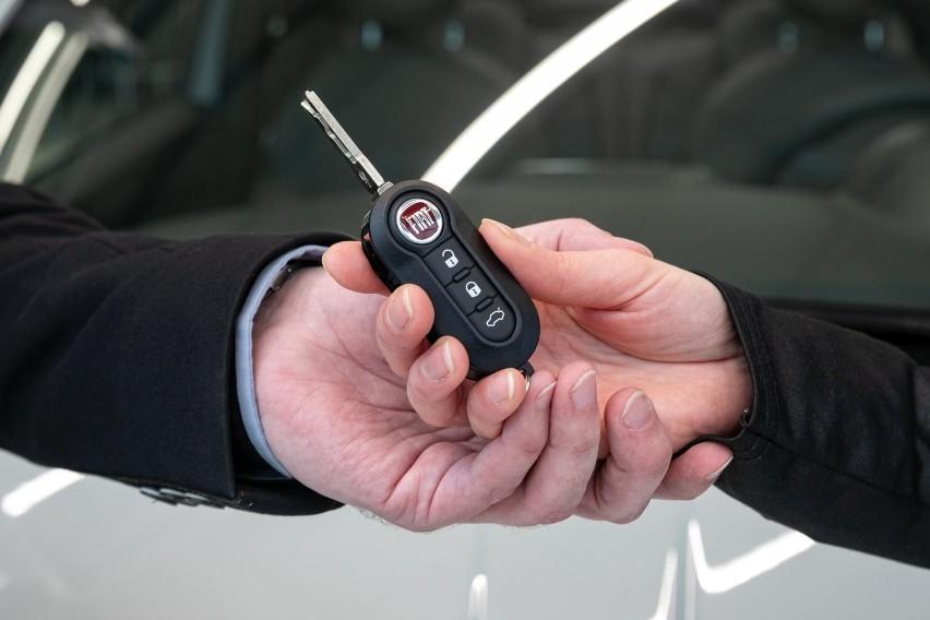 Niska podaż nowych aut wynika głównie z problemów z...