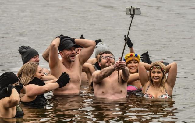 Pierwszy kalendarzowy dzień wiosny, przywitał morsujących w Pieckach nieco zimową jeszcze aurą - temperatura była dość niska, a opady nie wystraszyły największych amatorów chłodnych kąpieli.  Na plaży w Pieckach pod Bydgoszczą tradycyjnie pojawiła się więc grupa morsów. I jak zwykle, bawili się świetnie. Swoje spotkania morsy bardzo często wykorzystują również do pomocy potrzebującym. Tak było i tym razem - niedzielna spotkanie połączone było ze zbiórką pieniędzy dla Adriana Śmierzchalskiego z Białych Błot, który na początku roku uległ poważnemu wypadkowi i potrzebuje  funduszy na rehabilitację i zakup protezy ręki. Zobaczcie zdjęcia >>>