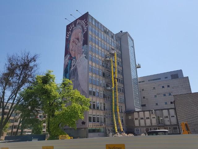 """Trwają prace remontowe w budynku przy ul. Skłodowskiej 14. Na ścianie budynku znajduje się słynny mural """"Wyślij pocztówkę do babci"""". Ma on zniknąć jeszcze w tym roku."""