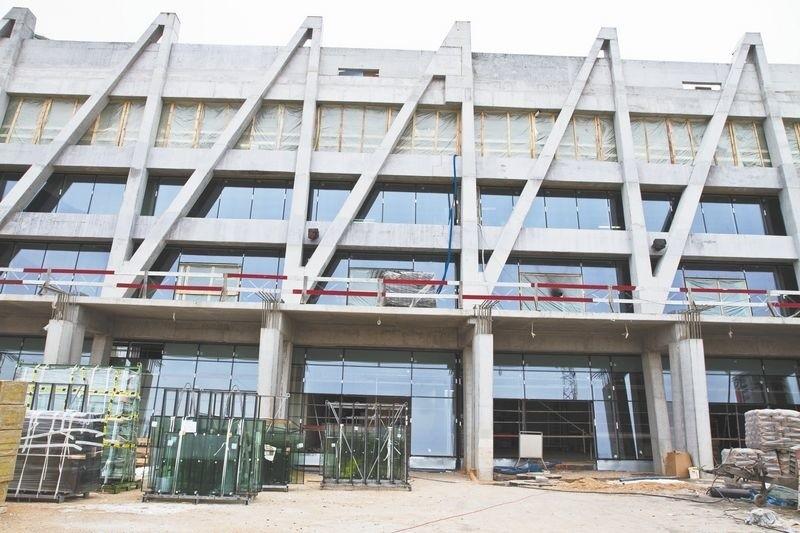 Roboty idą pełną parą, ale budowa stadionu i tak jest opóźnionaBudowa stadionu miejskiego powinna się zakończyć w 2014 roku. Obiekt pomieści około 23 tysięcy widzów.