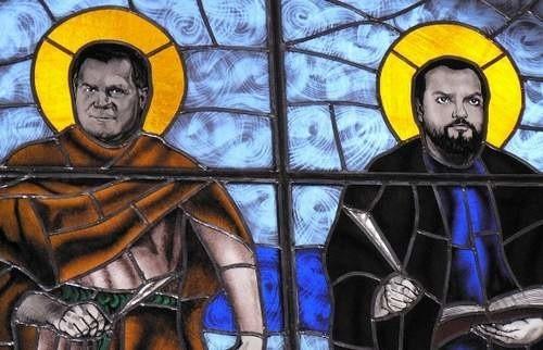 Twarze oficjeli z gminy Brojce to wydruki. W rolę apostołów Łukasza i Mateusza wcielili się radni Bogdan Łakomy i Jan Herman. Mieszkańcy uważają, że zamiast nich mogłyby się pojawić tabliczki z nazwiskami darczyńców.