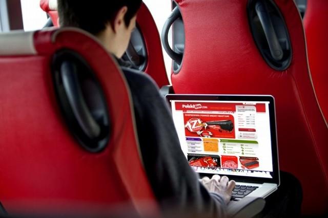 Nowoczesne autobusy wyposażone są w darmowe łącze wi-fi, klimatyzację, regulowane fotele, pasy bezpieczeństwa i udogodnienia dla pasażerów niepełnosprawnych.