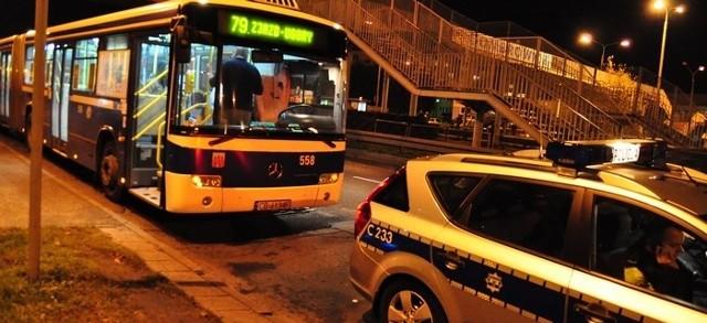 próbował wsiąść do autobusu nr 79. Autobus już jednak odjeżdżał. fot. Paweł Skraba