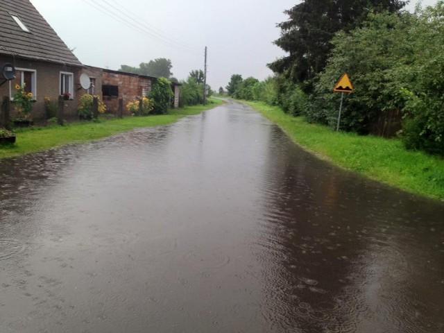Deszczówka zalała centrum wsi.