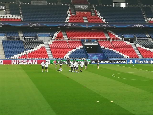 Dzisiejszy mecz PSG - Bayern ma szczególny wymiar. Z prawej Robert Lewandowski podczas treningu