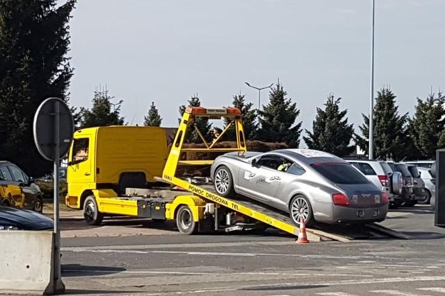 Bentley zatrzymany na granicy w Korczowej. Jego kierowca był nietrzeźwy, a dokument ubezpieczenia auta zawierał nieprawidłowości. Sprawę wyjaśnia policja.