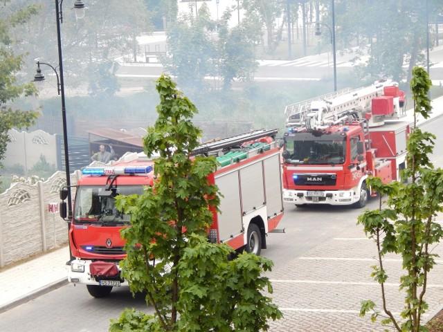 Pożar sadzy w kominie w Ustce w sąsiedztwie nowego węzła komunikacyjnego