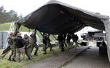 """Żołnierze Wojsk Obrony Terytorialnej budują punkt """"Drive thru"""" przy szpitalu w Grudziądzu [zdjęcia]"""