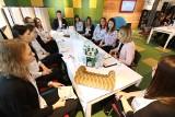 Studenci przy kawie i herbatce rozmawiali o biznesie