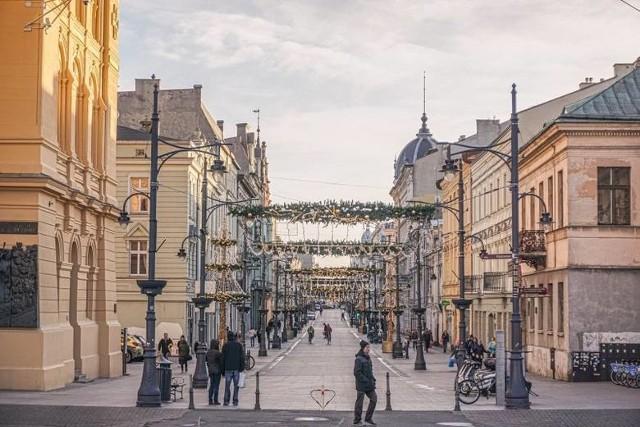 W Łodzi szykuje się wielka akcja restauratorów, którzy nie zgadzają się z obostrzeniami i chcą obsługiwać klientów w lokalach, a nie tylko dostarczać dania na wynos. Od weekendu działa w ten sposób kilka miejsc, ale szykowana jest ogólnołódzka akcja protestacyjna. Jej przedstawiciele mają nadzieję, że wkrótce większość lokali będzie działać w ten sposób.Kolejni właściciele lokali z Łodzi przyłączają się do strajku przedsiębiorców, którzy sprzeciwiają się obostrzeniom związanym z najnowszym lockdownem. Restauratorzy zdecydowali się przyjmować klientów w lokalach, choć zgodnie z rozporządzeniem, mogą oferować posiłki tylko na wynos. Pojawiły się już pierwsze kontrole pracowników sanepidu i policji.Czytaj dalej