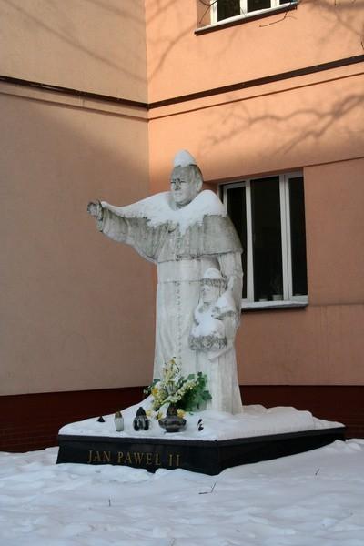 Ten pomnik Jana Pawła II stać będzie jeszcze tylko kilka tygodni