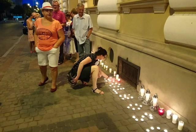 Mieszkańcy Przemyśla na znak protestu przeciwko zmianom PiS w sądownictwie, zapalili znicze we wtorek o godz. 21 pod Sądem Rejonowym przy ul. Mickiewicza w Przemyślu.