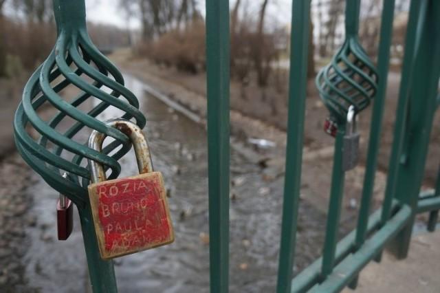 Mosty z kłódkami miłości to już tradycja w wielu miastach, także polskich – m.in. we Wrocławiu, Bydgoszczy, Warszawie.
