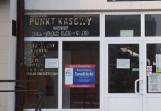 Mieli nakleić obraźliwe nalepki na wejściu do biura posła PiS w Malborku Kazimierza Smolińskiego. Nastolatkowie staną przed sądem rodzinnym