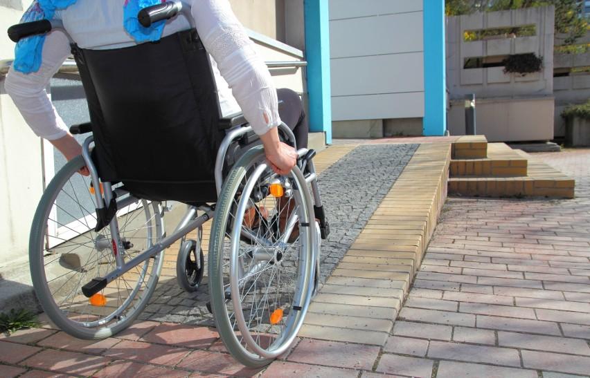 Zmiany w przepisach mają m.in. pomóc w likwidacji barier architektonicznych utrudniających życie osobom niepełnosprawnym.