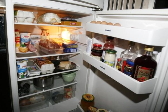 Od tego, jak przechowujemy żywność, jak ją poukładamy w lodówce, zamrażarce i szafkach, zależy nasze zdrowie i dobry smak potraw. Aby bezpiecznie przechować zarówno surowe produkty, jak i gotowe dania, należy przestrzegać kilku podstawowych zasad.