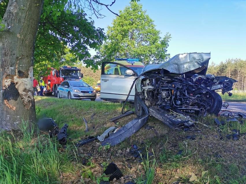 Wypadek na DW 693. Volkswagen uderzył w drzewo na trasie Baciki Bliższe - Siemiatycze. Trzy osoby w szpitalu