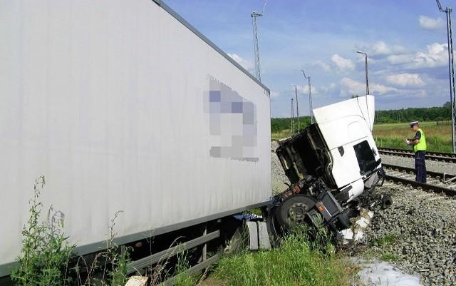 Kierowca ciężarówki wjechał do rowu na drodze Dobrodzień-Zawadzkie