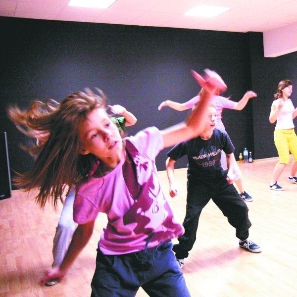 """Tańczyć mogą wszyscy. W Akademii Tańca """"Szał"""" trenuje 40 dzieci zabranych ulicy."""