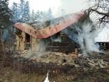 Tragiczny finał pożaru w Szymbarku. W zdarzeniu śmierć poniosła 14-letnia dziewczynka. Na miejscu pracuje prokurator, trwa dogaszanie