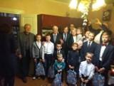 Prezydent Sopotu, Jacek Karnowski odwiedził polskie rodziny na Białorusi. Przekazał im świąteczne dary od mieszkańców kurortu