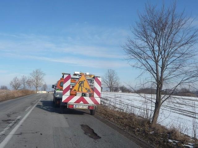 Czytelnicy twierdzą, że drogowcy, zamiast łatać dziury, tylko przejeżdżają drogą.