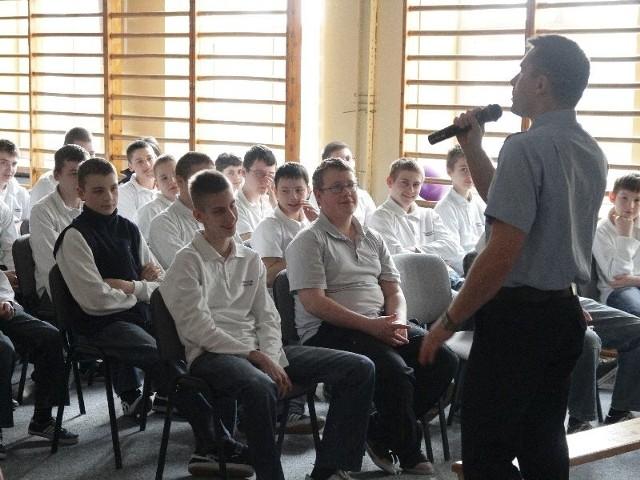 Młodszy aspirant Robert Ćwikowski z Komendy Miejskiej Policji w Białymstoku opowiada gimnazjalistom z Wasilkowa o niebezpieczeństwach internetu