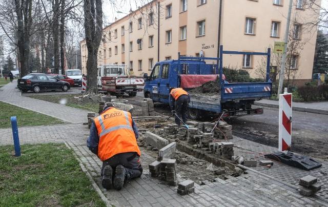 Ze względu na wymianę kanalizacji, ulica Staszica została rozkopana najpierw na odcinku między ulicą Wincentego Pola, a ul. Zofii Chrzanowskiej. Teraz rozpoczął się jej remont. Wykonawca prac prosi mieszkańców, aby do 13 kwietnia nie parkowali samochodów przy jezdni.