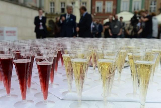 Biało-czerwony toast na Starym Rynku w Poznaniu