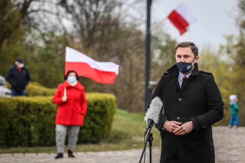 Dzień Flagi w Gdańsku. Państwowa flaga podniesiona na maszt...