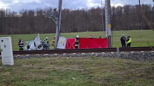 Do poważnego wypadku doszło w Milczu - samochód osobowy marki Dacia zderzył się z pociągiem