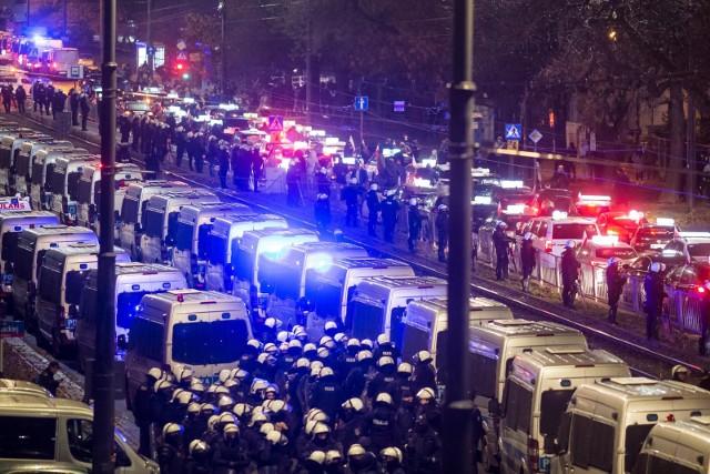 - Wszędzie na świecie bronią ludzi przed wirusem, tylko u nas na odwrót- napisał Donald Tusk.