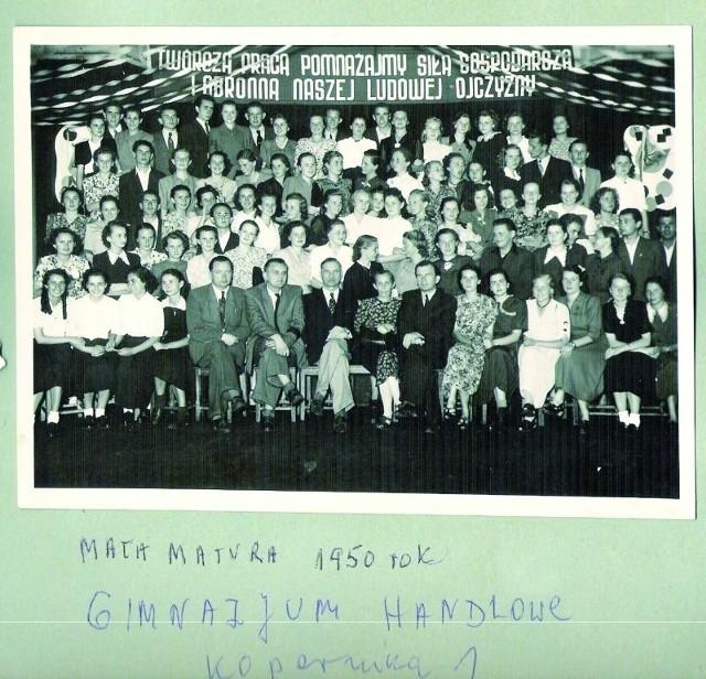 - Prawdopodobnie zdjęcie zostało zrobione w dniu rozdania świadectw - mówi pani Barbara Szneidrowska, z d. Borecka (stoi w drugim rzędzie, ósma od lewej)