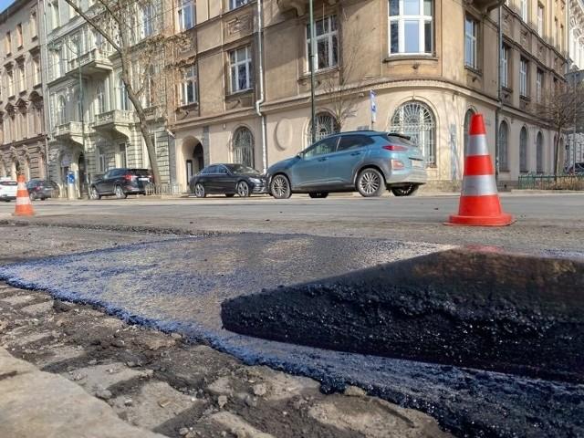 W ramach pozimowego łatania dziur ekipy najpierw frezują starą nawierzchnię i dokładnie uzupełniają ubytki. W lutym i marcu na pozimowe remonty miasto Kraków wyda w sumie 8 mln zł.