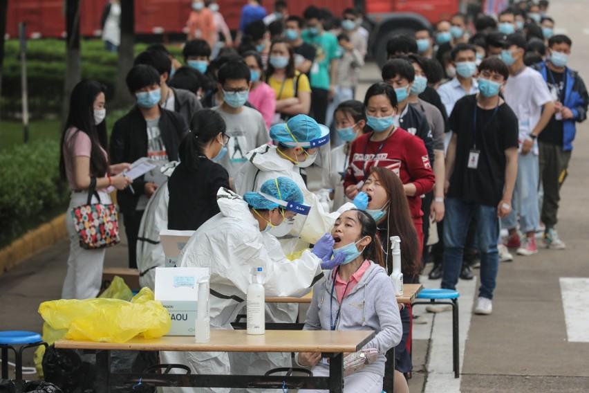Kolejka do testowania w Wuhan, 15 maja. W kolejce pracownicy jednego z zakładów produkcyjnych