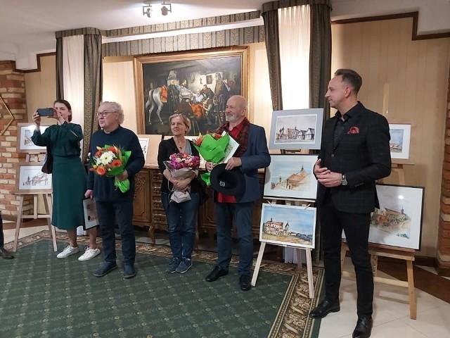 Robert Gliński (drugi z lewej) po pięćdziesięciu latach drugi raz uczestniczył w plenerze Stowarzyszenia Akwarelistów Polskich w Tykocinie. Tutaj rysował i malował urokliwe krajobrazy i zabytkowe budowle, uwieczniając piękno miasta.