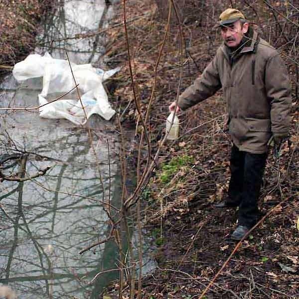 Ryszard Madej, twórca ścieżki ekologicznej od początku przypuszczał, że strumyk zatruwały ścieki.
