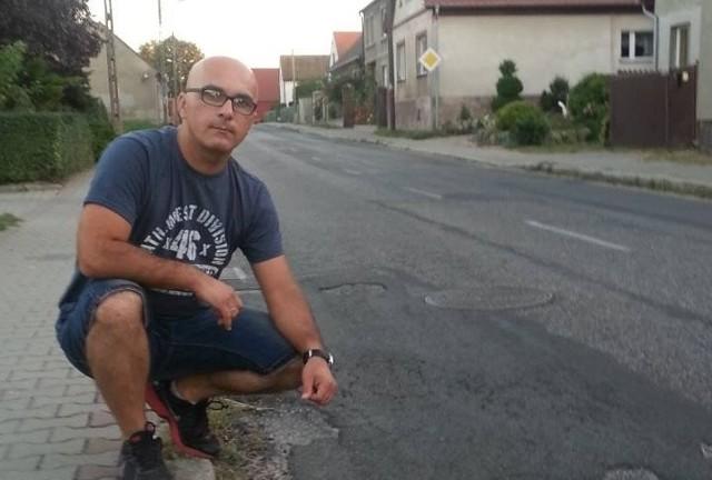 Radny Łukasz Szymański o remont drogi zabiegał od 2010 roku.