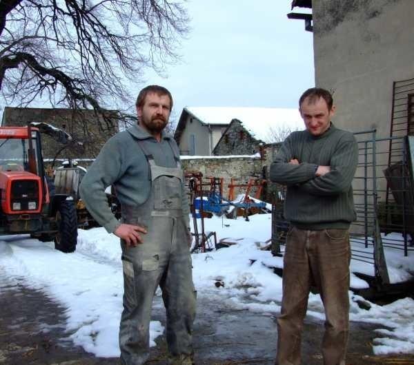 - Na takie spekulacje najlepszym lekarstwem będzie wprowadzenie w kraju euro - mówią Jerzy Jokiel (z lewej) i Arnold Kozioł, rolnicy ze Strzelec Opolskich.
