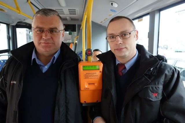 Kierowca Robert Nowakowski i motorniczy Maciej Rzeźniczak pospieszyli z pomocą pasażerom.